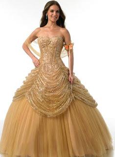 Foto de mujer con vestido de quinceañera color dorado
