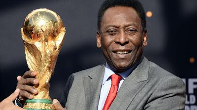 Legenda Brazil Pele memegang trofi Piala Dunia