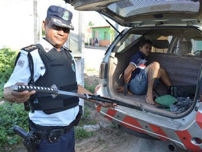 Homem é preso com espada durante operação policial em Iguatu-Ce