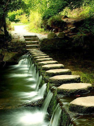 Desain Jalan Stapak dengan Batu di Sungai