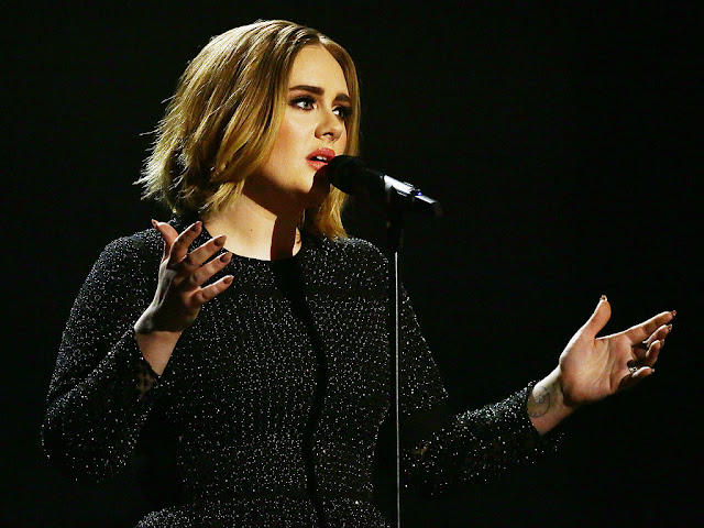 Adele invita a dos fanáticos a cantar con ella en el escenario (VIDEO)