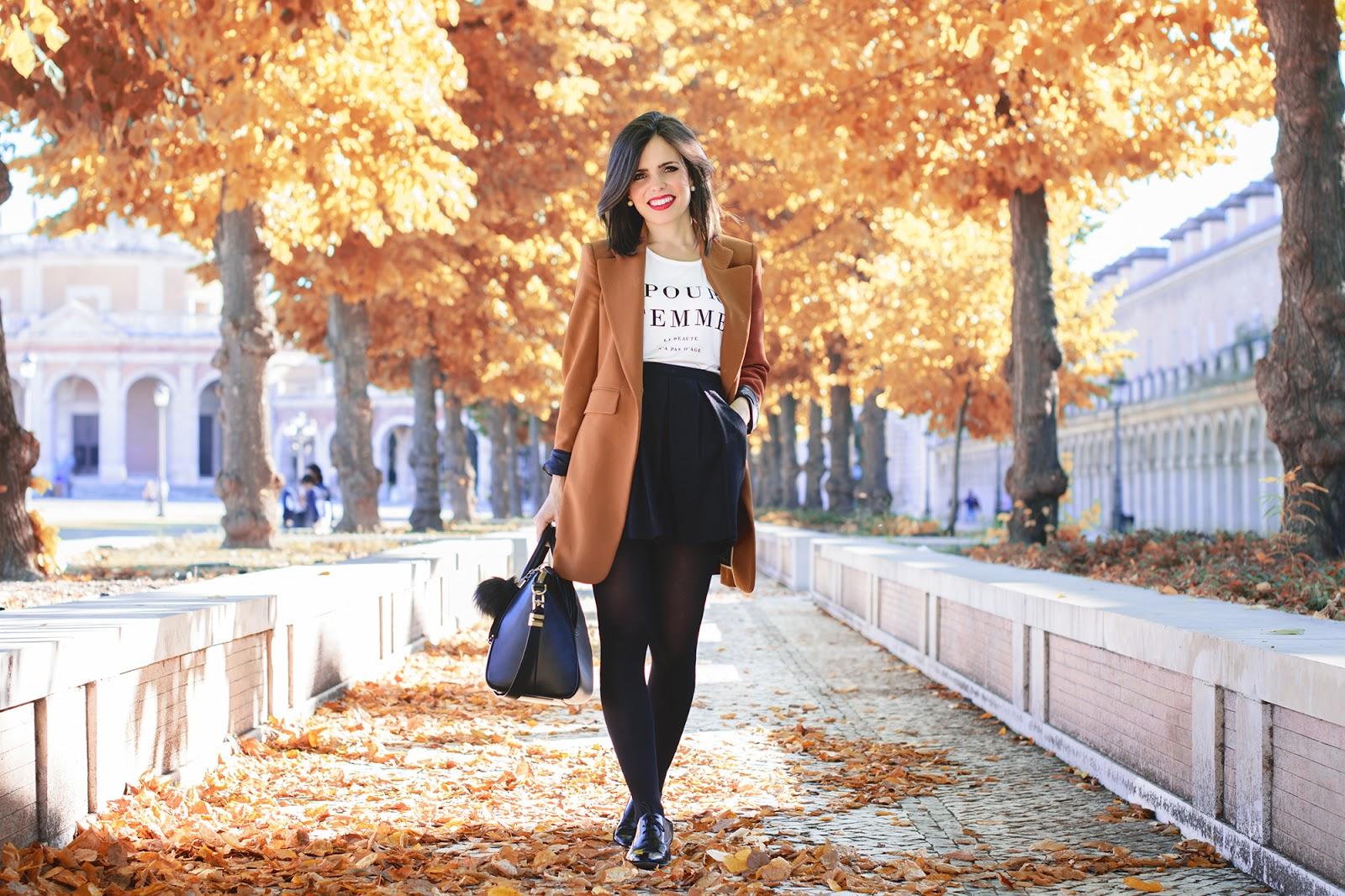 Look de otoño con blazer camel en Aranjuez