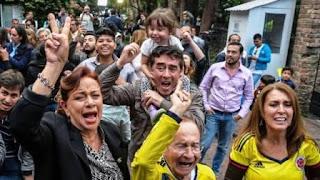 """El """"no"""" al pacto firmado hace una semana ganó por apenas 53.000 votos.  Para los sondeos previos ganaba el """"sí"""". Santos y las FARC ratificaron su voluntad de paz. Triunfo de Uribe."""