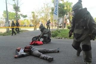 Unit Water teror Detasemen B Polda Jawa Timur bergegas mengendalikan situasi di lokasi penyergapan teroris, setelah terkendali tim langsung mengamankan benda yang diduga bom ini bagian dari simulasi latihan penanganan teror
