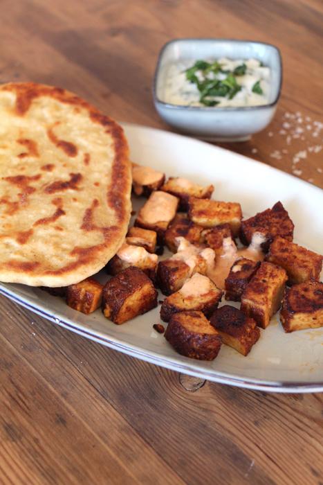 Vegan grillen: Naan, Tofu-Spieße und Joghurt-Dip