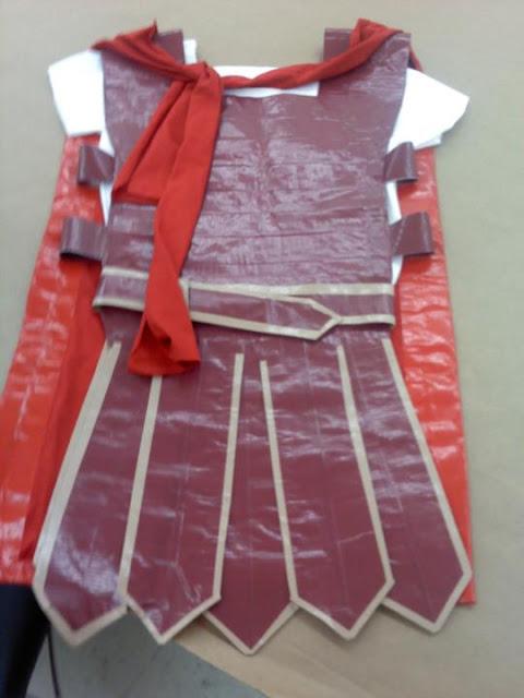 disfraz de gladiador con bolsa de plástico