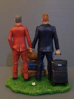 statuette torta nuziale a tema viaggio coppia uomini bassotto orme magiche