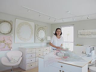 Blick in das kleine Atelier von Jacqueline Heinz aus Wolfenbüttel. Im Vordergrund ihr Arbeitstisch mit Nähmaschine.