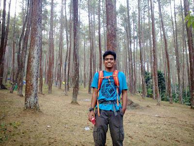 Mendaki Gunung Di Belakang Kampus