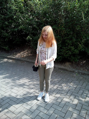 Casual Look Blouse Butterfly T-shirt Khaki Skinny Adidas Sneakers