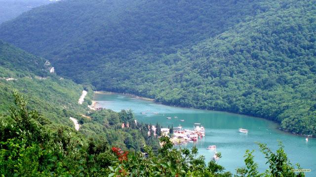 Boten in de rivier in de bergen