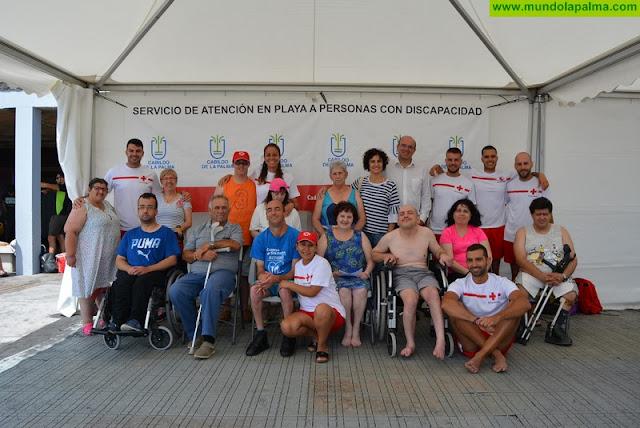 Más de 50 personas disfrutan de terapias rehabilitadoras y de baños en el mar con el proyecto del Cabildo 'Verano sin barreras'