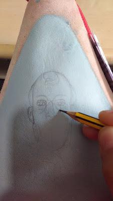Dibujando la imagen de San Saturio sobre la Bota de Vino