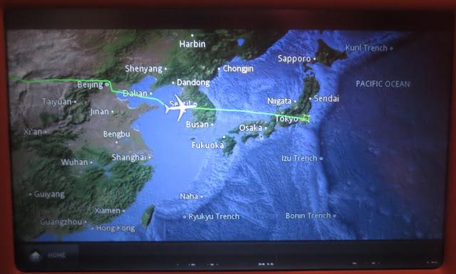 Flugroute nach Tokio auf dem Monitor am Vordersitz