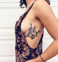 Tatuajes femeninos en las costillas flores