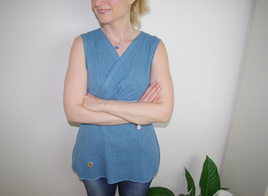 Gloria von Milchmonster als Wickelshirt aus blauem Crinkle Denim