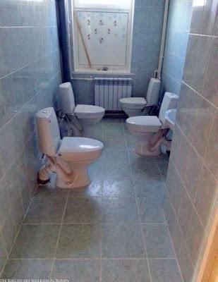 Frauenklo lustig - Badezimmer mit vier Toiletten witzige Spassbilder
