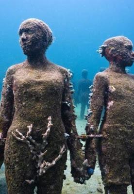 Impresionante escultura  bajo el agua