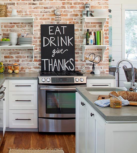 cozinha com prateleira tijolo aparente armarios brancos