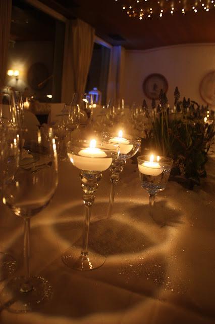 Kerzenschein und Lichterglanz - Winterhochzeit im Kaminzimmer im Seehaus am Riessersee in Garmisch-Partenkirchen - Winter Wedding in Bavaria - floating candles