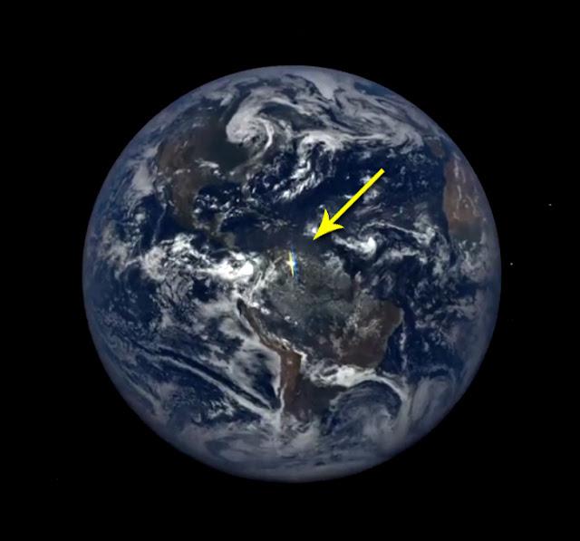 ponto branco de luz fotografado na Terra do espaço