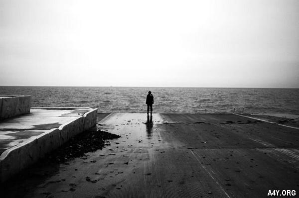 người đàn ông một mình đứng trước biển