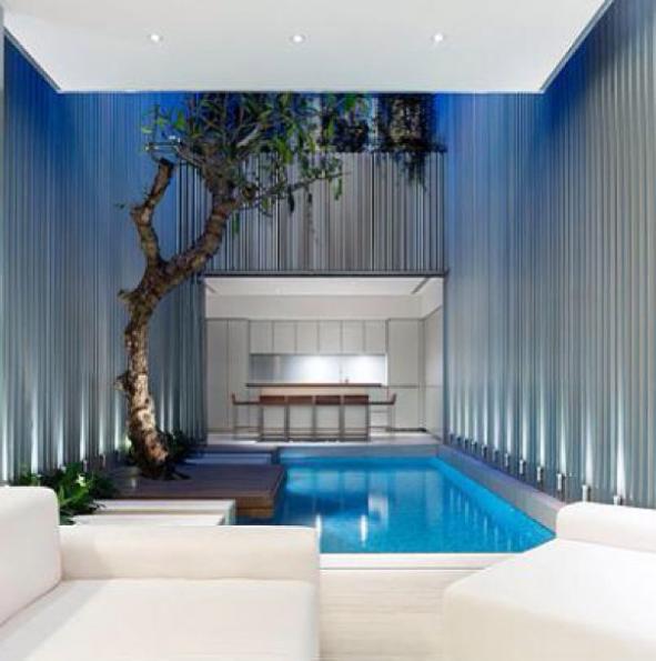 con un diseo moderno y sofisticado tiene una piscina que corre a lo largo de la pared de luces en frente del saln el diseo contina de un lado con un