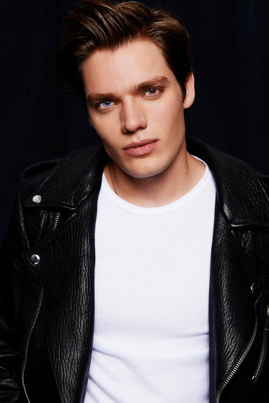Dominic Sherwood olhos coloridos