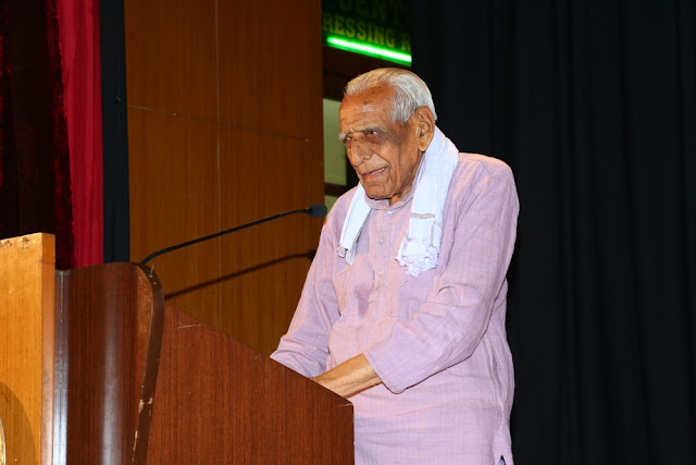 HS Doraiswamy, Senior Freedom Fighter speaking at the event