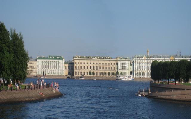 Fachada del Museo Ermitage al río Neva, en San Petersburgo