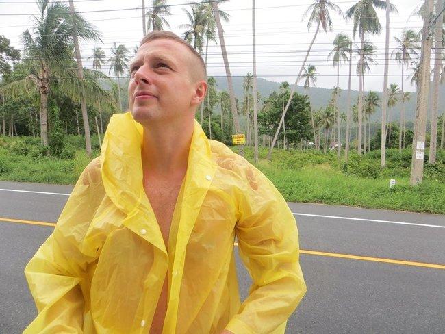 парень в желтом дождевике Таиланд