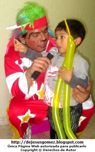 Foto de un payaso haciendo hablar a un niño por Jesus Gómez