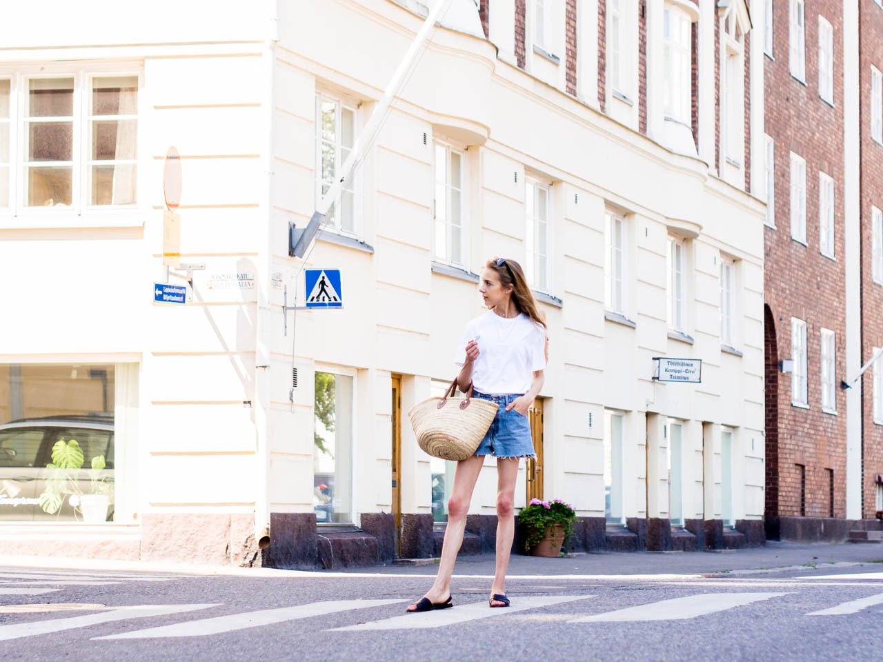 fashion-blogger-summer-outfit-inspiration-streetstyle-scandinavia-levis-denim-shorts-vintage-basket-bag