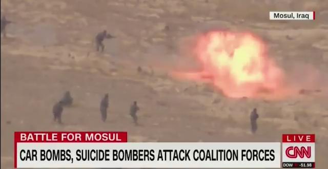 فيديوا حصري عدسة CNN تلتقط لحظة قيام جندي من تنظيم الدولة بتفجير نفسه اثناء المعارك  في #الموصل