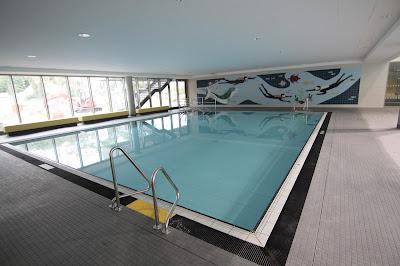 Nichtschwimmerbecken Blu im Sportbecken. Mit dem alten Wandbild, das vom Bad am Brauhausberg übernommen wurde.