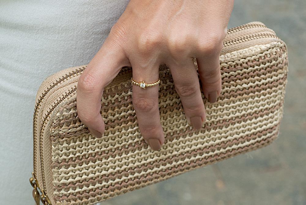 Os anéis sempre estão com sua base em contato direto com algum objeto, por isso devido ao atrito diário o banho de ouro pode se desgastar com o tempo.