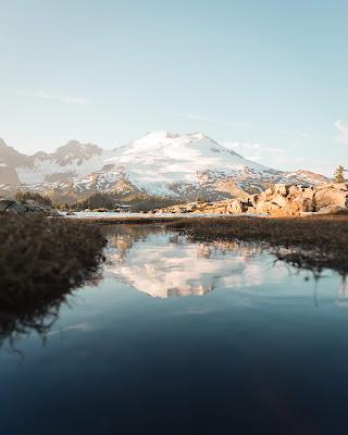 Montaña helada con lago delante