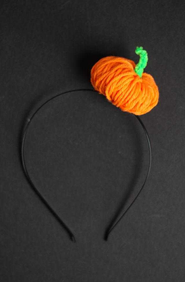 Make this cute Halloween pumpkin headband in 5 minutes with yarn!