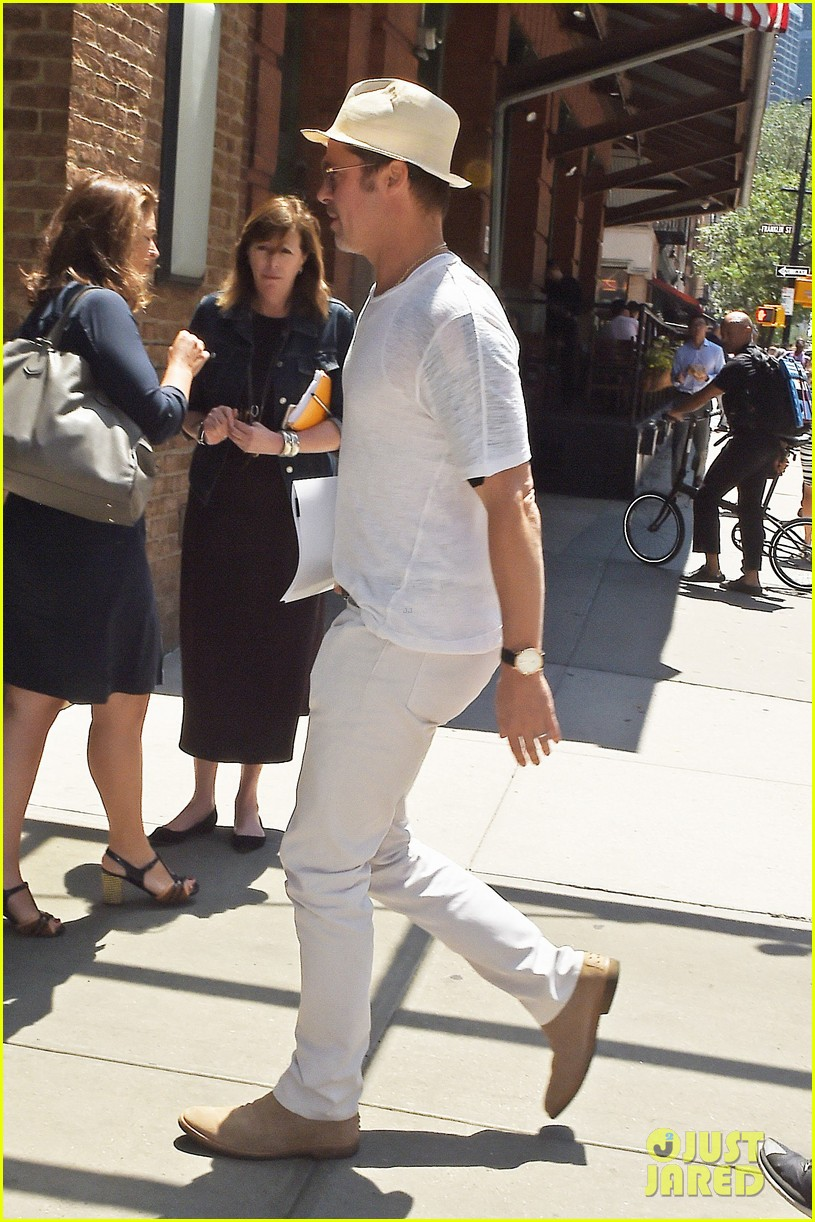 News Pics and More... - Page 3 Brad-pitt-sarabeths-for-lunch-04