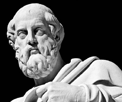 Biografi Plato Plato dilahirkan di Atena pada tahun 427SM. Plato berasal dari keluarga Aristokrasi yang memegang posisi penting dalam politik Atena. Nama Plato sendiri diberikan oleh gurunya yakni Socrates. Sejak berumur 20 tahun plato mengikuti pelajaran sokrates. Sejak berumur 20 tahun plato mengikuti pelajaran sokrates, ia menjadi pengikut Socrates yang setia. Tahun 399 SM, Socrates diseret ke pengadilan dengan tuduhan tak berdasar yaitu merusak akhlak generasi muda Athena. Socrates dihukum mati. Hal ini membuat plato sangat membenci pemerintahan demokratis. Sebagai seorang pemuda Plato memiliki ambisi politik, tetapi ia kecewa terhadap sikap dan perilaku para pemimpin politik di Athena. Dia akhirnya menjadi murid Socrates, belajar filosofi dasar dan gaya dialektis dari perdebatan: mengejar kebenaran melalui pertanyaan, jawaban, dan pertanyaan tambahan. Tahun 399 SM, Socrates diseret ke pengadilan dengan tuduhan tak berdasar yaitu merusak akhlak generasi muda Athena. Socrates dihukum mati. Hal ini membuat plato sangat membenci pemerintahan demokratis. Plato menyaksikan kematian Socrates di tangan demokrasi Athena pada 399 SM. Mungkin takut untuk keamanan sendiri, ia meninggalkan Athena untuk sementara waktu dan melakukan perjalanan ke Italia, Sisilia, dan Mesir. Pada tahun 387 Plato kembali ke Athena dan mendirikan Akademi, lembaga pendidikan yang