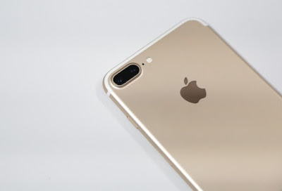 Closeup_view_of_the_iPhone_7_Plus'_dual_cameras