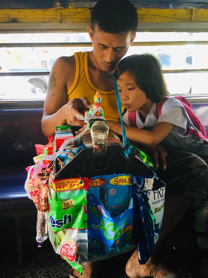 Kid's conversation with vendor dad touches netizens' hearts