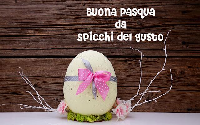 decorazione di pasqua con fiori freschi e uova vere