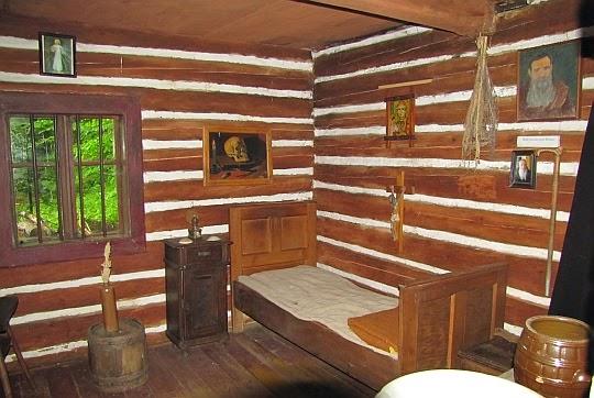 Zrekonstruowane wnętrze Pustelni Świętego Jana z Dukli.