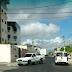 Rua em Nova Parnamirim indica proibição e permissão de conversão à esquerda no me mesmo trecho