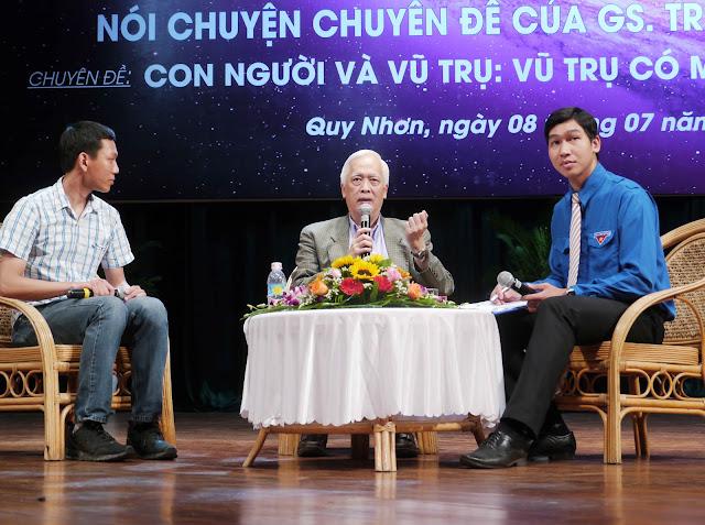 GS Trịnh Xuân Thuận giao lưu, trả lời các câu hỏi của khán giả tại một buổi nói chuyện chuyên ngành ở Quy Nhơn. vào tháng 7 năm 2016. Hình ảnh: Hoàng Trọng/Thanh Niên.
