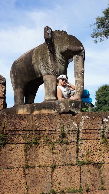 Изображение девушки со Слоном на стене Храма Восточный Мебон