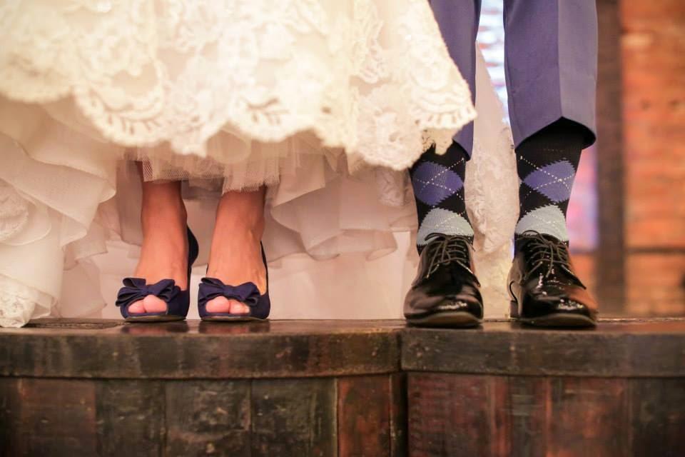 casamento-lindo-singelo-luzinhas-noivos-sapatos