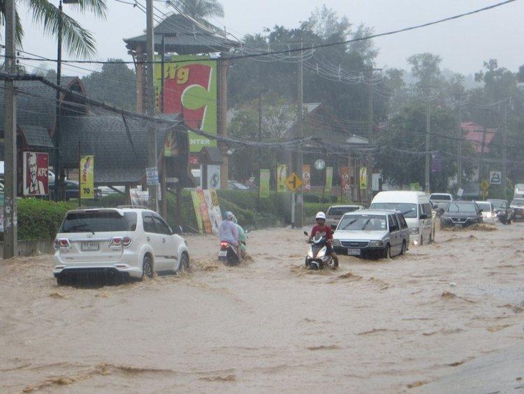 Дорогу затопило возле Бигс Самуи
