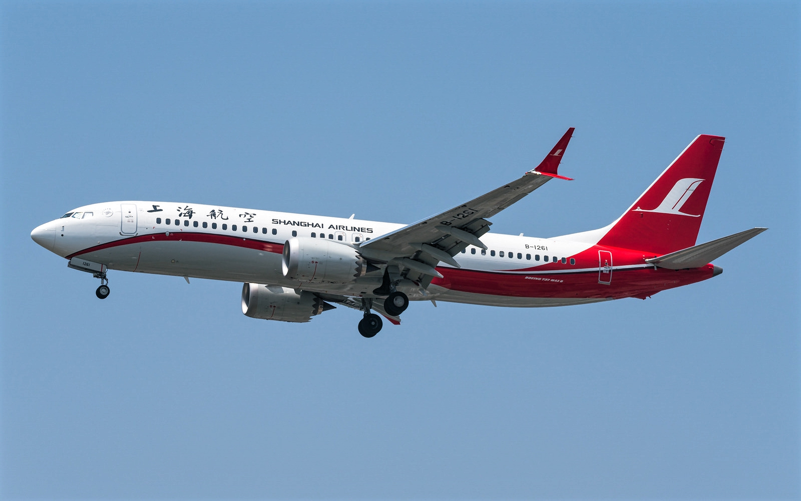Boeing 737 MAX 8 of Shanghai Airlines Approaching Landing